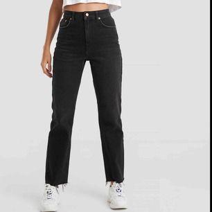 SLUTSÅLDA! Köpta från nakd storlek 36, men är tyvärr för stora för mig.. älskar annars hur sköna dem är!! Knappt använda förutom hemma och tvättade en gång.   Modell: High Waist Raw Hem Straight Jeans Black