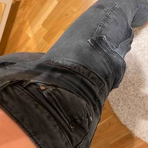 Fett snygga cargo byxor/jeans!!❣️ Fint skick!!