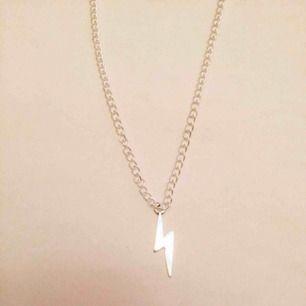 såg att detta halsband var populärt här på plick! 🤟 men nu får ni chansen att köpa ett av dessa coola silver halsband med en blixtberlock ⚡️frakten kostar 10kr! 😍 ALLT VI SÄLJER ÄR NYTT/OANVÄNT OCH FINNS BARA ETT BEGRÄNSAT LAGER AV!