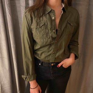 Militärgrön skjorta ifrån märket DIESEL som ej används längre, fint skick.👍🏼