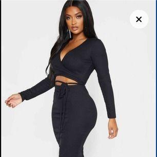 """Ribbad klänning från PLT i deras kollektion """"shape"""" för de med stora bröst/höfter men mindre midja. Storlek 38/UK10 men tyvärr för liten för mig i armarna så skulle säga en liten 38/stor 36. Tags kvar! Endast provad. Frakt tillkommer💖"""