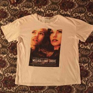 Mulholland-drive T-shirt i jättefint skick och bra kvalitet! Köpt här på plick men säljes pga insett att jag inte är bekväm i vita kläder haha. Vid frakt står köparen för kostnaden 💌