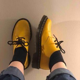 sjuuukt snygga docs för dem som gillar retro. använda ca 4-5 gånger i korta stunder. tyvärr för små🥺 600 exklusive frakt. nypris: 1200. hör gärna av dig för fler bilder! repor på insidan av vänster sko som fanns där när jag köpte dem.