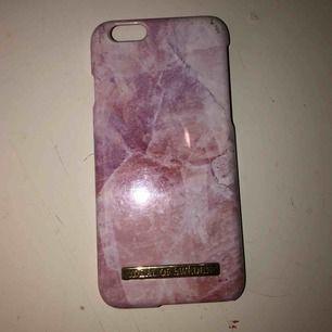 Säljer mitt rosa marmor skal från ideal of sweden, köpt för 300 + frakt, säljer för 80kr ink frakt! Säljer pga jag har ny mobil då denna inte passar längre, tyvärr! Kontakta för mer bilder, information💖💖