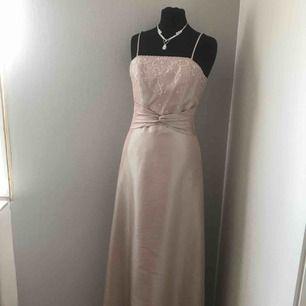 Gammelrosa klänning/ balklänning i strl S.  Aldrig använd.