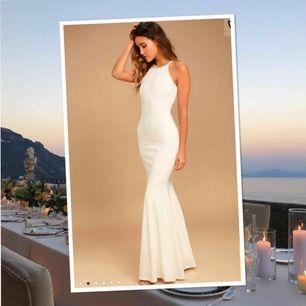 Säljer världens finaste vita balklänning från Lulus. Nypris ca 1000. Använd 1 gång sen har den bara hängt i garderoben.... Passar mig i längd och jag är 175cm❣️