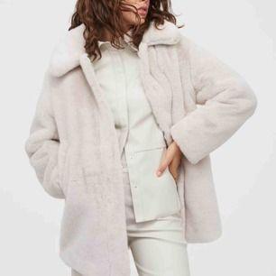 Jättefin vit/beige fejk päls jacka från H&M. Har aldrig fått användning av den så den är 10/10. Kan mötas upp i Sthlm eller frakta. 💖