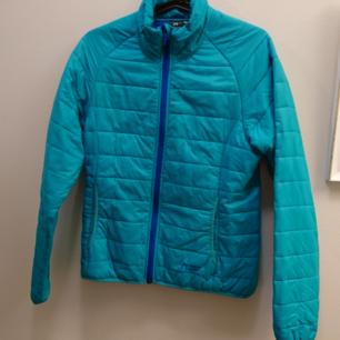 Färgglad snygg höst/vinter jacka. Två fickor framtill. Passar storlek 36/38. Köpt på Team Sportia.