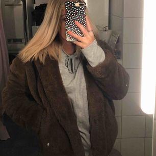 Supermysig snygg fluffjacka ifrån Zara, den är i storlek XS men skulle säga att den passar allt från XS-M. Perfekt nu till vintern/våren😍😍