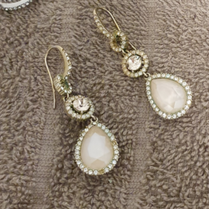 Lily and Rose örhängen,  blivit lite gröna på baksidan och någon/några diamanter har trillat av. Där av priset.   Nypris 899:-