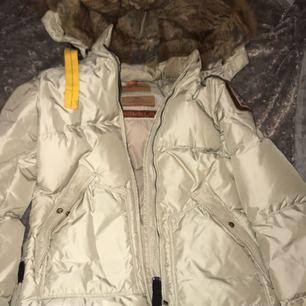 Säljer min nästan helt oanvända Parajumper jacka