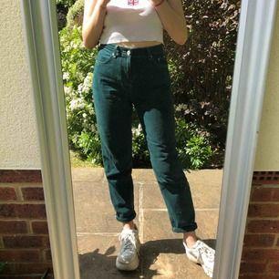 (Första bilden lånad, men samma plagg)  Mörkgröna mom jeans i manchestertyg från Urban Outfitters! 27 i midja, 30 i längd. Möts upp i Göteborg eller skickar mot att köparen betalar frakt :)