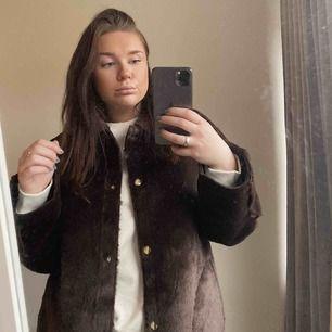 Säljer en jacka i fakepäls, super len! Använd fåtal gånger! Jag är 165cm och har vanligtvis M på överdelar/jackor. Frakt tillkommer.