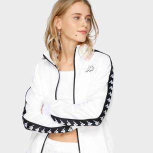 Vit zip tröja från märket Kappa, köpt på junkyard, nypris 749kr. Den är i fint skick. Tröjan är i storlek XS, men då den är unisex är den oversize och lite baggy. Frakten kostar 60 kronor och är inte inräknat i priset.