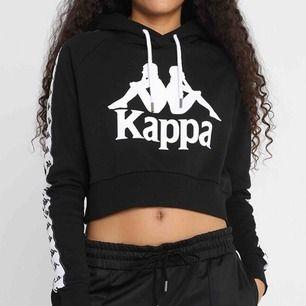 """Croppad hoodie från märket kappa köpt på zalando nypris 629 kr. De två """"metallplupparna"""" på luvsnöret har lossnat men är annars lika fin som när jag köpte den och den har behållt sin svarta färg. Frakt kostar 60 kr och är inte inräknat i priset."""