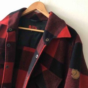 Rejäl skogshuggarskjorta / Canandaskjorta från Fjällräven med fyra fickor. Stor Medium så sitter även ok som en liten large. Kan hämtas i Uppsala eller skickas mot fraktkostnad