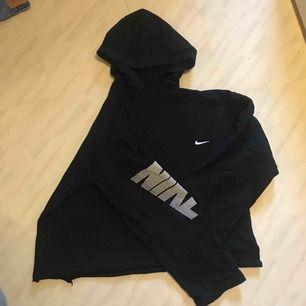 Skön svart Nike tröja/hoodie svart med text på armen och Nike tecken vid bröstet.❤️ Frakt tillkommer ❤️ OBS! avklippt nertill!!! Till höften på mig
