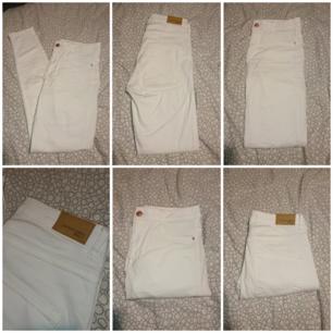 Sköna jeans i modellen skinny. Jeansen har fejk-fickor fram och riktiga bakfickor. (Köparen står för frakten 36kr) 📍 Gina Tricot 299:-