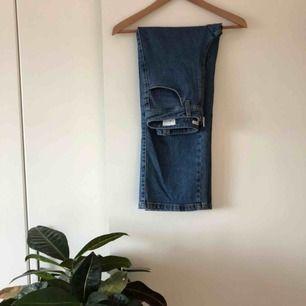 Rakställda jeans med synlig dragkedja från Dagmar. Använda knappt en handfull gånger. Insett att jag har för många liknande par i garderoben så det här paret får tyvärr gå.