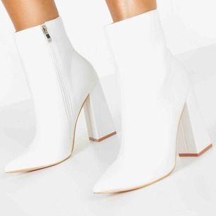 Helt nya skor från boohoo i storlek 37! Skorna är små i storleken och tyvärr gick det ej att skicka tillbaka dem. Säljer dem då dem var för små!  Jag kan mötas upp i Värnamo och Jönköping