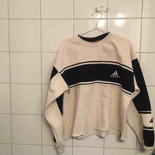 Något croppad (egengjort) oversized sweatshirt från adidas  i benvit (ljuset hemma var tydligen inte det bästa) ✨ använd en gång, men har någon fläck skiftning i kragen .... köparen står för frakt 🥳