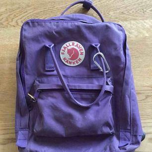 Säljer min fina lila kånken ryggsäck. Den är lite sliten då jag har haft den i några år, men den är annars i bra skick. Nypris ca 800 kr