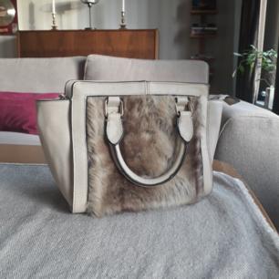 Härlig väska med fusk päls på framsidan, axelband som går att justera och ta av. Använd ett fåtal gånger.☺ Frakt ingår.