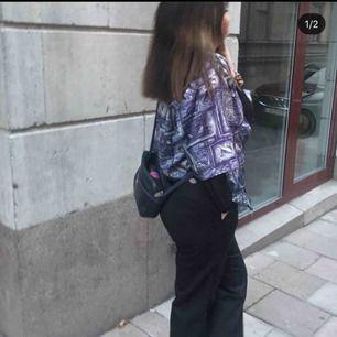 Båda byxorna för 700kr och ett par för 400kr Säljer nästintill två oanvända dickies brallor, dem svarta är deras workpants och dem randiga är lite mjukare tyg.