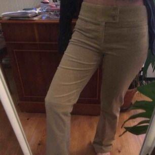 Lågmidjade beiga Manchester byxor köpta second hand. Lite långa för mig men annars sitter dem bra på mig som är small/w27 i byxor. Frakt 50kr