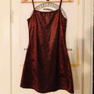 Vinröd ball klänning med 90-tals vibe. 🍷✨ Bra skick. Tyget skiftar olika nyanser av rött samt glittrar/glänser lite, jättefin! Köpt på beyond retro i somras, säljer eftersom den tyvärr inte kom till användning så mycket. Storlek s, men funkar som xs.