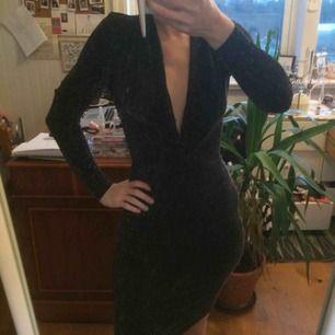 Svartglittrig åtsittande klänning från Gina. Tänkte ha till nyår men blev ej så. Den är lite vågad för min personliga smak :p  Frakt 40kr