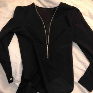Min absoluta favorit blus med dragkedja framtill. Denna blus är köpt i en butik i Oslo vet därför tyvärr inte märket då jag klippt bort lappen i nacken. Går att styla på massa olika sätt. Trendig och snygg men behöver plats i garderoben. Köpt för 499.