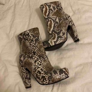 Så snygga skor i ormskinns imitation, ifrån märket Duffy. Inte säker på att dem ska säljas men gör en intressekoll. Frakten kommer att tillkomma