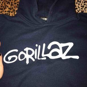 Gorillaz hooodie köpt på deras konsert 2017 ;) Köpte den i storlek M men den har krympt i tvätten och är nu en s ✨🍓möts i slussen/Liljeholmen eller fraktar. Frakt :63kr