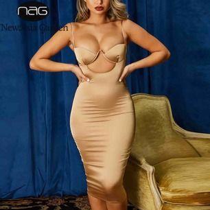 OBS!! Lånad bild! Säljer min fina klänning i guldfärg (S) för 100:-, endast använd en gång 💕 Sitter strax vid knäna på en. Kan fraktas.