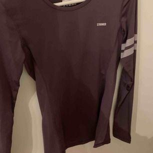 Lila långärmad tränings tröja från stronger! Super bra skick nästan aldrig använt eftersom att den inte passade. 200kr (köparen står för frakten) original pris 399kr (pris kan diskuteras)