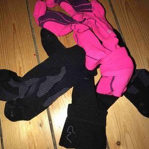 Sport sockar (komprition strumpor) de rosa är använda mindre än de svarta och de svarta är lite mindre i storleken. Tar 50kr st