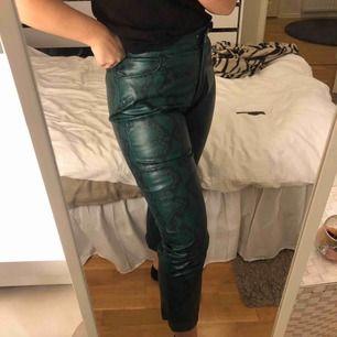 Mega balla fejk-läder byxor från NA-KD i storlek 42, men är väldigt små i storleken så skulle säga att dom är mer som en 40 än 42 Använda en gång