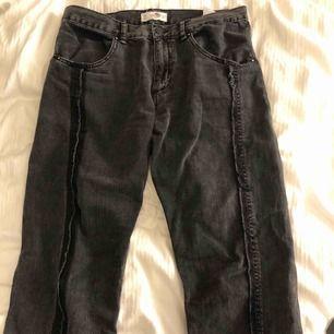 Assnygga gråtvättade jeans från Mango med jättefina detaljer fram och bak Inte använda jättemycket