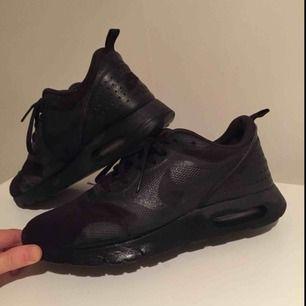 Favorit sneakers! Nike Air Tavas. Fick kämpa för att hitta helsvarta, så clean! Bästa bas skorna. Väl använda favoriter men får nu säljas vidare! Nypris ca 1300 kr, säljes för 149! ✨