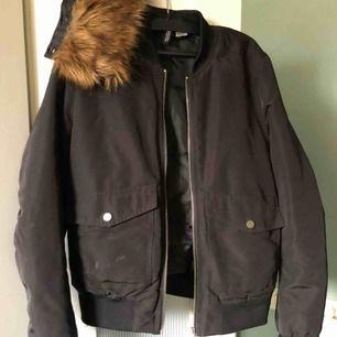 Bomberjacka från H&M som är använd mycket men bra skick, avtagbar fuskpäls krage. Väldigt varm så kan användas som vinterjacka.