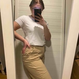 Raka byxor, använda 1 gång. Skrynkliga pga legat nedpackad. Jag är 165cm och har vanligtvis 40-M på byxor och dessa passar mig bra. Kanske något stor. Frakt tillkommer.