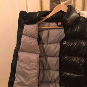 En supersnygg Dun jacka (puffer jacket) Colmar jacka som är beställd från Zalando, tyvärr för liten för mig. Endast testad, alltså inte använd. Kan mötas upp i centrala Stockholm