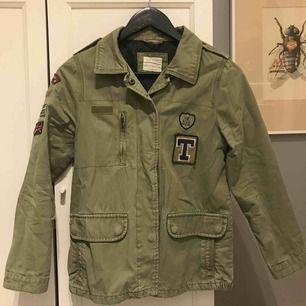 En fin militär grön jacka från zara. Ny pris 400kr. Köparen står för frakt.💚