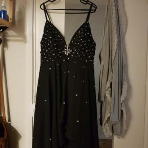Säljer en oanvänd balklänning