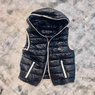 Lätt väst i äkta dun 🦢svart med ljusgråa kanter. Dragkedjan kan stängas hela vägen upp så man inte fryser om halsen ❤️  frakt 59kr eller hämtas i Stockholm. Storlek M men är liten som en S💃🏼
