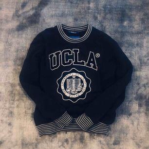 en äkta UCLA college tröja med svart sammets text och tryck👌 super mysig inuti och utanpå. Frakten tillkommer eller möts upp💫