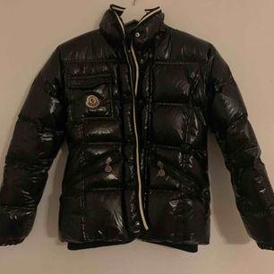 Säljer denna as snygga moncler jackan som är köpt här på Plick, var tyvärr alldeles för liten för mig. Jackan är nog troligtvis inte äkta och priset är 1100kr ink frakt, kontakt mig för svar på frågor:)