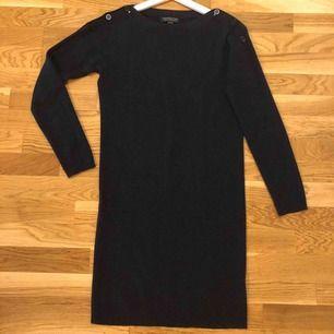 Lång tröja ☃️ *Märke: Petit Bateau *Storlek: S(det står strl 14 år, men passar som en S) * Använd 1 gång  *Nyskick *55% kashmir 45% cotton *Mycket mjukt och varmt material *Mörkblå *89 kr 🚫Djurfritt och rökfritt hem 📬Kan skickas mot fraktkostnad