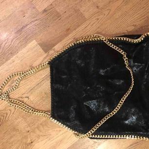 Svart väska med guldkedjor köpt från Helen torsgården webbshop🤪. Väldigt rymlig och bra kvalité. Utgångspriset var ca 500-600 kr. Säljer pga att jag har för lite plats.